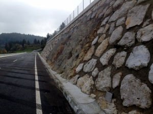 NATURAL ROCK WALL COMBINED WITH BUILT STONE WALL
