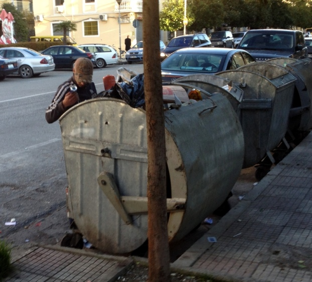 ROMA LOOKING FOR RECYCLABLES